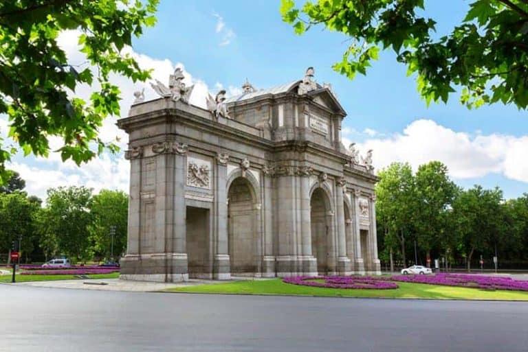 Puerta de Alcalá en Madrid con el Retiro detrás