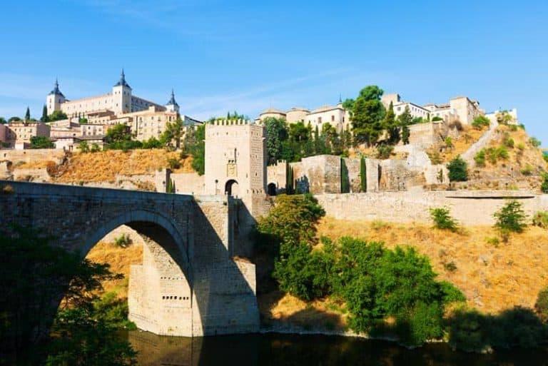 Vista del Puente de Alcántara en Toledo